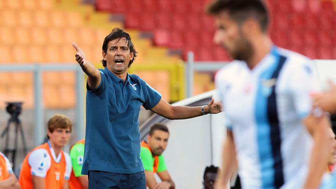 Pelatih Lazio, Simone Inzaghi, memberikan arahan kepada anak asuhnya saat melawan Lecce pada laga Serie A di Stadion del Mare, Selasa (7/7/2020). Lecce menang 2-1 atas Lazio. (Donato Fasano/LaPresse via AP)