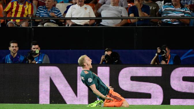 Gelandang Ajax Amsterdam, Van de Beek berselebrasi usai mencetak gol ke gawang Valencia pada lanjutan pertandingan grup H Liga Champions di stadion Mestalla, Spanyol (2/10/2019). Ajax menang telak 3-0 atas Valencia. (AFP Photo/Javier Soriano)