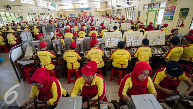 Sejumlah pekerja wanita beraktivitas di PT Hanjaya Mandala Sampoerna (HMSP)Tbk, Surabaya, Kamis (19/5). HMSP mendapat rekor MURI dengan kecelakaan kerja nihil selama 20 tahun (1996-2006). (AFP Photo/Juni Kriswanto)