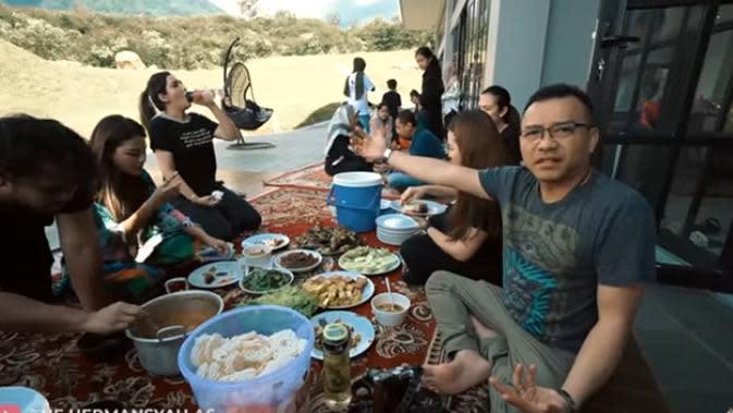 Sampai di villa, keluarga ini langsung makan dengan menu yang telah disiapkan. Diantaranya, sayur asem, tempe goreng, tahu, ikan mas, lalapan dan yang tidak ketinggalan kerupuk. (Youtube/ The Hermansyah A6)