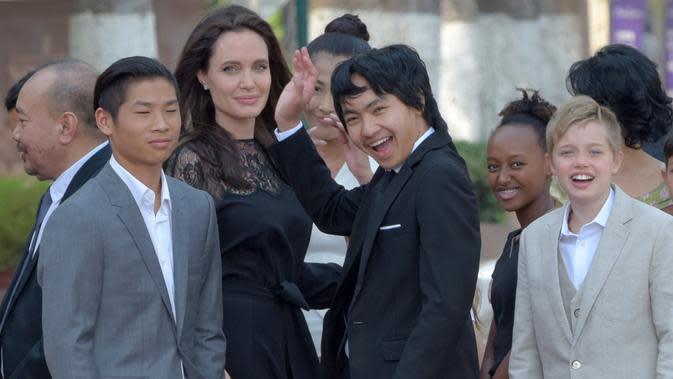 Angelina Jolie bersama anak-anaknya. (ANG CHHIN SOTHY / AFP)