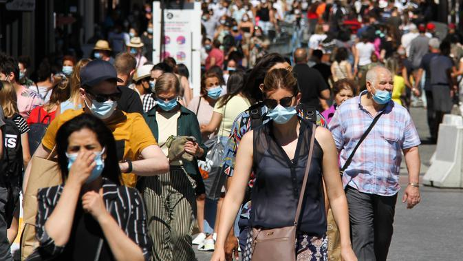 Orang-orang yang mengenakan masker terlihat di sebuah jalan di Brussel, Belgia (5/8/2020). Kota Brussel memperluas aturan wajib pakai masker di wilayahnya hingga termasuk di jalan-jalan yang ramai dan zona pejalan kaki. (Xinhua/Zheng Huansong)