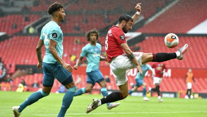 Pemain Manchester United, Bruno Fernandes, mengontrol bola saat melawan Bournemouth pada laga Premier League di Stadion Old Trafford Sabtu (4/6/2020). Manchester United menang 5-2 atas Bournemouth. (AP/Peter Powell)