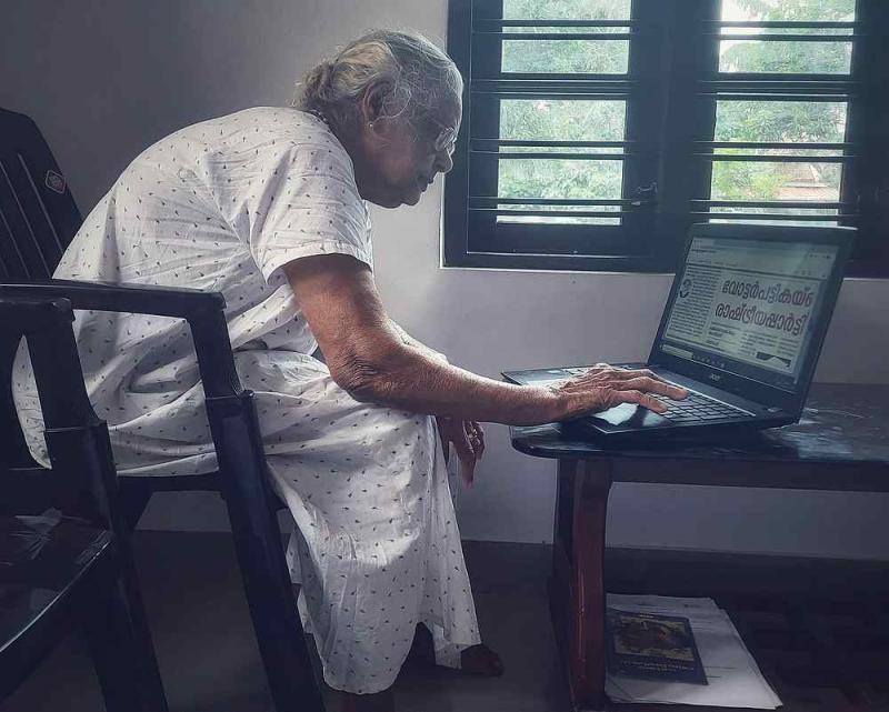 Mary Matthew reading the online Malayalam news. — Picture courtesy of Reddit/u/achilleswetheel