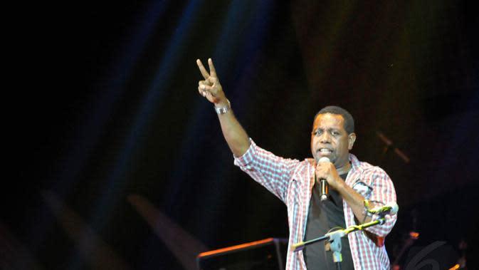 """Aksi Edo Kondologit dengan lagu """"Aku Papua"""" karya Franky Sahilatua di panggung Konser Kebangsaan """"Langkah Sang Pemimpin"""", Jakarta, Senin (23/06/14). (Liputan6.com/Panji Diksana)"""