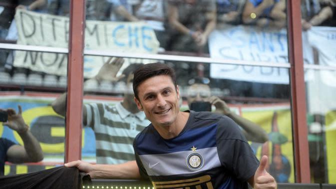 Javier Zanetti - Legenda sepak bola Serie A yang begitu dihormati dengan kedewasaan saat berlaga di lapangan. Ini akibat dari senyuman yang sering diperlihatkan Zanetti saat dilanggar pemain lawan. (AFP/Olivier Morin)