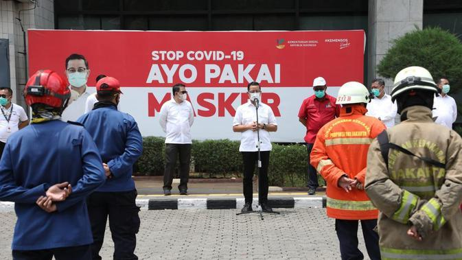 Menteri Sosial Juliari P Batubara didampingi para Eselon I menyampaikan arahan dalam kegiatan simulasi penanganan bahaya kebakaran di halaman Gedung Kementerian Sosial, Salemba, Senin (21/9/2020).
