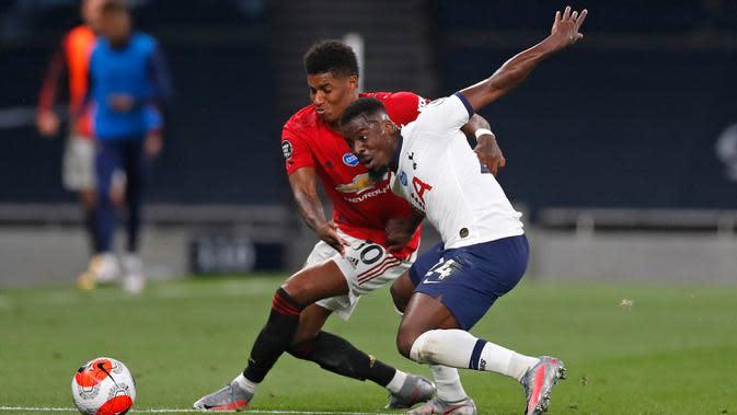 Striker Manchester United, Marcus Rashford berebut bola dengan pemain Tottenham Hotspur Serge Aurier dalam laga Liga Inggris di Stadion Tottenham, London, Jumat (19/6/2020). Manchester United berhasil mencuri poin di markas Hotspur dengan skor imbang 1-1. (AP/ Matt Childs, Pool)