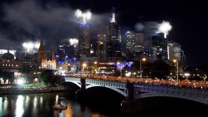 Kembang api menghiasi langit di sepanjang Sungai Yarra pada malam Tahun Baru di Melbourne. (01/1/2018). Langit di kota Sydney juga dihujani sekitar 13 ribu kembang api jenis shell dan 30 ribu kembang api jenis komet. (AFP Photo / Mal Fairclough)