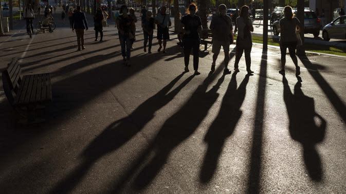 Sejumlah orang yang mengenakan masker berjalan di jalanan Barcelona, Spanyol, 31 Agustus 2020. Spanyol dengan hampir 440.000 kasus telah menjadi negara yang paling terpukul di Eropa Barat oleh pandemi virus corona COVID-19. (AP Photo/Emilio Morenatti)