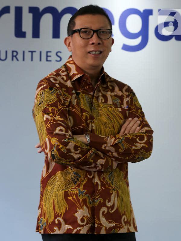 Direktur PT Trimegah Sekuritas Indonesia Tbk David Agus saat sesi foto usai acara RUPST Trimegah Sekuritas di Jakarta, Rabu (26/8/2020). Perusahaan mencatatkan kinerja positif pada 2019 dengan jumlah produk reksa dana yang dijual mencapai 112 dari 22 Manajer Investasi. (Liputan6.com/Fery Pradolo)