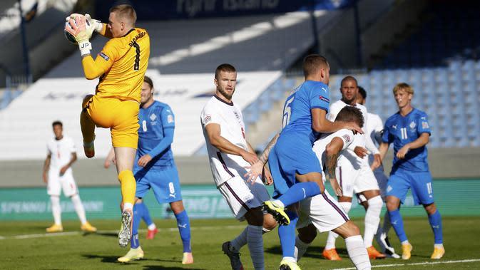 Kiper Inggris, Jordan Pickford, menangkap bola saat melawan Islandia pada laga UEFA Nations League di Stadion Laugardalsvollur, Minggu (6/9/2020). Inggris menang tipis dengan skor 1-0. (AP/Brynjar Gunnarson)
