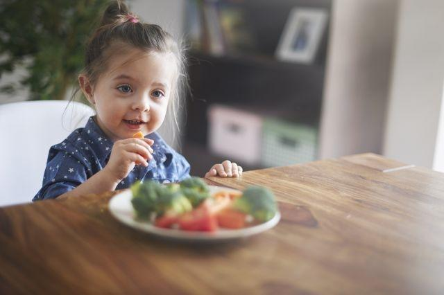 Both parents should set an example to encourage children to eat fruit and vegetables