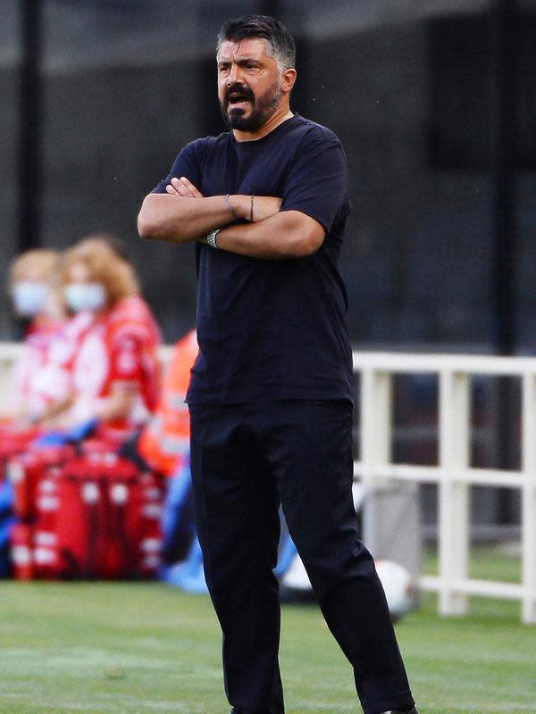 Pelatih Napoli, Gattuso Gennaro menyaksikan pemainnya bertanding melawan Atalanta pada pertandingan lanjutan Liga Serie A Italia di Stadion Bergamo, Italia (2/7/2020). Atalanta menang 2-0 atas Napoli. (Giuseppe Zanardelli/LaPresse via AP)
