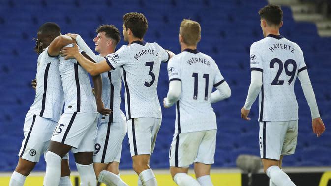Para pemain Chelsea merayakan gol yang dicetak oleh Kurt Zouma ke gawang Brighton and Hove Albion pada laga Premier League di Stadion Amex, Selasa (15/9/2020). The Blues menang dengan skor 3-1. (Peter Cziborra/Pool via AP)