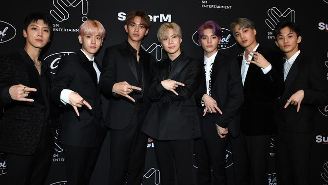 Grup idola K-Pop, SuperM berpose saat konferensi pers di Capitol Records Tower, Hollywood pada Kamis (3/10/2019). (VALERIE MACON/AFP)