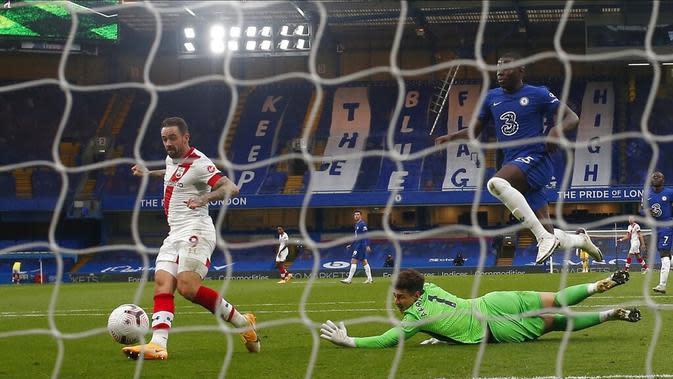 Pemain Southampton Danny Ings mencetak gol ke gawang Chelsea pada pertandingan pada pertandingan Liga Premier Inggris di Stamford Bridge, London, Inggris, Sabtu (17/10/2020). Pertandingan berakhir dengan skor 3-3. (Matthew Childs/Pool via AP)