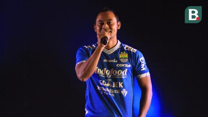 Atep menerima penghargaan dari Persib Bandung dalam acara launching tim di Hotel Savoy Homann, Jalan Asia Afrika, Kota Bandung, Sabtu (11/5/2019). (Bola.com/Erwin Snaz)