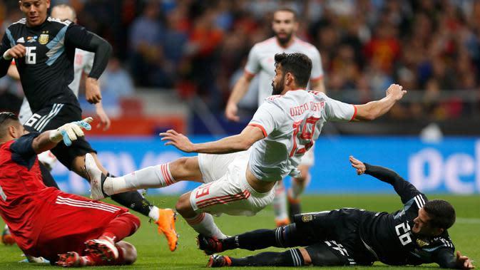 Pemain timnas Spanyol, Diego Costa mencetak gol sebelum pemain dan kiper timnas Argentina, Fabricio Bustos dan Sergio Romero memblokir tendangan pada laga uji coba di Wanda Metropolitano, Rabu (28/3). Spanyol menang telak 6-1. (AP/Francisco Seco)