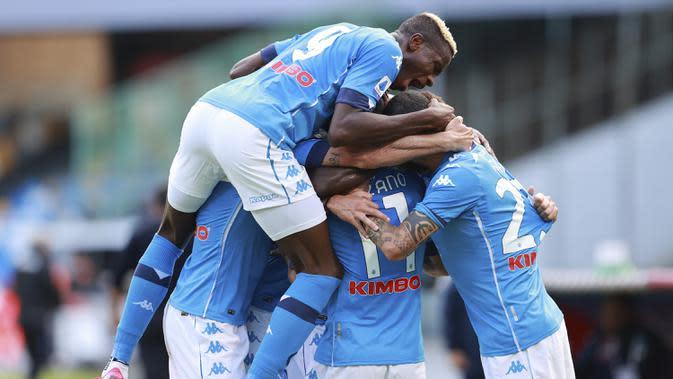 Pemain Napoli merayakan gol yang dicetak Hirving Lozano ke gawang Atalanta pada laga lanjutan Liga Italia di Stadion San Paulo, Napoli, Sabtu (17/10/2020) malam WIB. Napoli menang 4-1 atas Atalanta. (Alessandro Garofalo/LaPresse via AP)