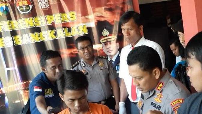 Kapolres Bangkalan, AKBP Rama Samtama menanyai WBS, tersangka permerkosaan pacarnya sendiri.