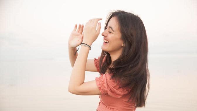 Penyanyi kelahiran 26 September 2001 selalu berhasil tampil memesona di berbagai momen. Gaya candidnya sambil tersenyum sukses mencuri perhatian. Aura kecantikannya semakin terpancarkan ketika tersenyum. (Liputan6.com/IG/@mawar_eva)