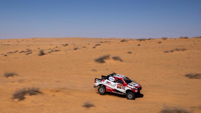 Pembalap Toyota Gazoo Racing Frenando Alonso dan Marc Coma bersaing pada stage kelima Reli Dakar 2020 antara Al Ula dan Hail di Arab Saudi, Kamis (9/1/2020). Dalam ajang ini Frenando Alonso dan Marc Coma mengendarai mobil pickup Toyota Hilux. (AP Photo/Bernat Armangue)