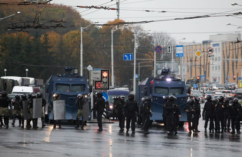Belarus allows police to use combat weapons as protests persist