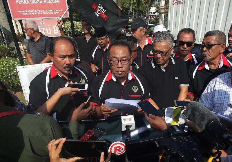 Pertubuhan Rangkaian Organisasi (PRO) 98 Reformis Perak secretary Sazali Samsudin speaks during a demonstration in Ipoh November 20, 2019. — Picture by Farhan Najib