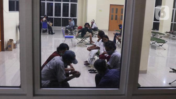Tunawisma berada di GOR Tanah Abang, Jakarta, Minggu (26/4/2020). Pemprov DKI Jakarta menyiapkan GOR di Jakarta untuk ditempati warga yang tidak mempunya tempat tinggal akibat terdampak Covid-19. (Liputan6.com/Angga Yuniar)