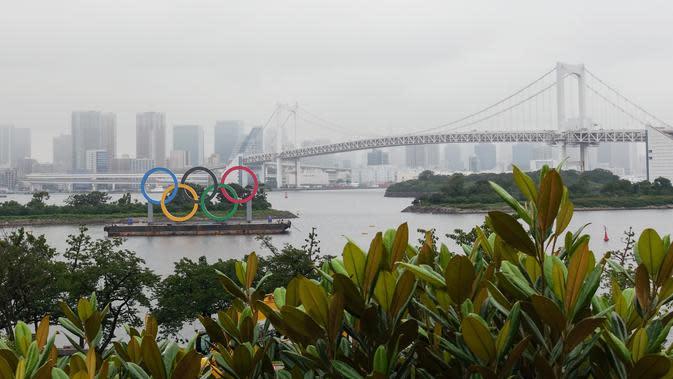 Cincin Olimpiade terlihat di Taman Laut Odaiba, Tokyo, Jepang (17/7/2020). Olimpiade Tokyo akan digelar di arena yang sama dengan mengikuti jadwal yang hampir tidak berbeda dari yang direncanakan sebelum ajang tersebut ditangguhkan akibat pandemi COVID-19 pada Maret lalu. (Xinhua/Du Xiaoyi)