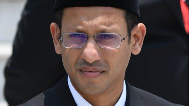 Heboh Gaya Santai Nadiem Makarim Saat Kunjungan Kerja ke Surabaya