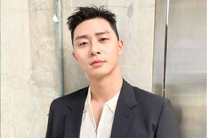 Park Seo Joon terima Youtube Gold Play Button