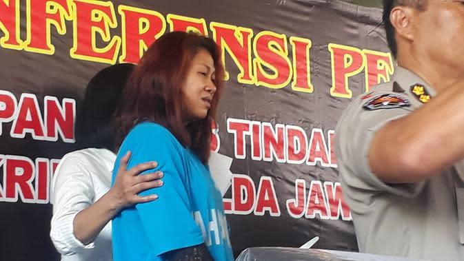 Fanni Aminadia alias Dyah Fitarja atau Kanjeng Ratu, saat hendak dimasukan ke sel tahanan Polda Jateng. (Foto : Felek Wahyu/Liputan6.com)