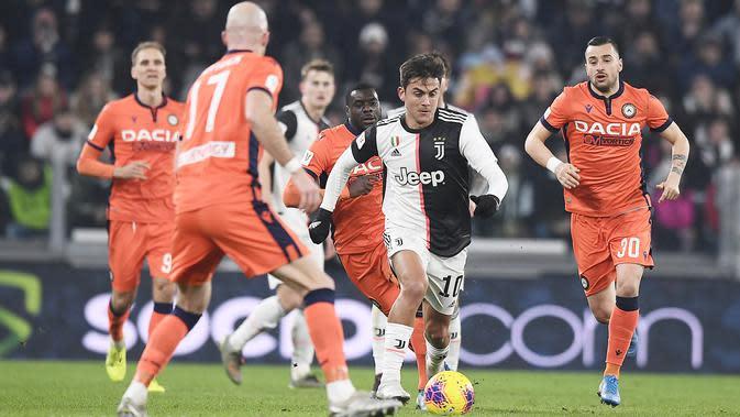 Pemain Juventus Paulo Dybala (tengah) membawa bola melewati para pemain Udinese pada pertandingan Coppa Italia 2019/2020 di Allianz Stadium, Turin, Italia, Rabu (15/1/2020). Juventus menang 4-0. (Fabio Ferrari/LaPress via AP)
