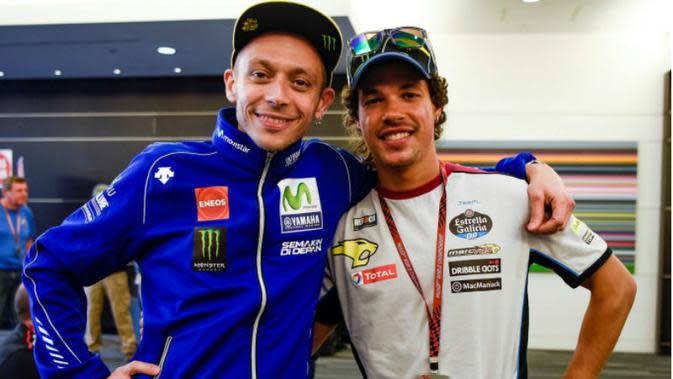 Tujuh kali juara dunia kelas primer (500cc/MotoGP), Valentino Rossi (kiri), berpose dengan pebalap Moto2 yang juga merupakan anggota VR46 Riders Academy, Franco Morbidelli. (GPXtra)
