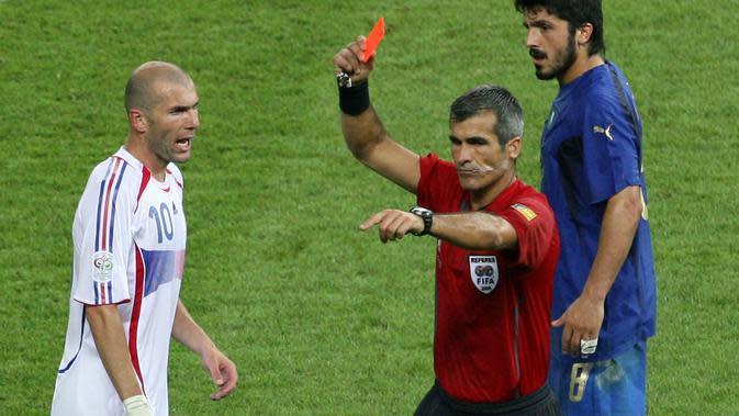 Zinedine Zidane memutuskan pensiun dari Timnas Prancis setelah mendapat kartu merah di final Piala Dunia 2006. Zidane masih dianggap sebagai gelandang terbaik Prancis sampai saat ini. (AFP/Daniel Garcia)