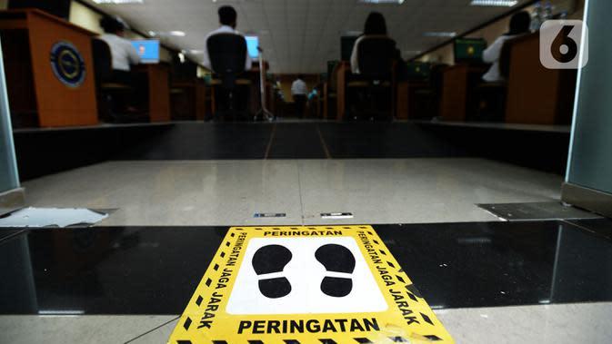 Suasana Seleksi Kompetensi Bidang (SKB) Computer Assisted Test (CAT) untuk Calon Pegawai Negeri Sipil (CPNS) Kemenkumham di Gedung Kepegawaian Negara, Jakarta, Rabu (2/9/2020). Pelaksanaan SKB CPNS yang diikuti 829 peserta tersebut menerapkan protokol kesehatan. (merdeka.com/Imam Buhori)
