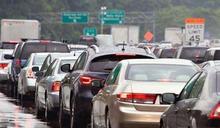 下大雨視線不佳!該打「雙黃燈」嗎?國道公路警察解答了