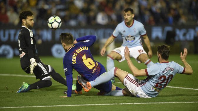 Gelandang Barcelona, Denis Suarez, berebut bola dengan kiper Celta Vigo, Sergio Alvarez, pada laga La Liga di Stadion Balaidos, Rabu (18/4/2018). Celta Vigo bermain imbang 2-2 dengan Barcelona. (AFP/Miguel Riopa)