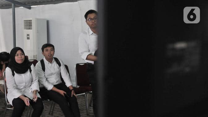 CPNS melihat nilai sementara SKD di ruang tunggu di Kantor BKN Pusat, Jakarta, Senin (27/1/2020). Tes SKD CPNS Tahun Anggaran 2019 diselenggarakan 27 Januari hingga 28 Februari 2020 dengan jumlah peserta memenuhi syarat (MS) untuk mengikuti SKD 3.364.868 orang. (merdeka.com/Iqbal S. Nugroho)