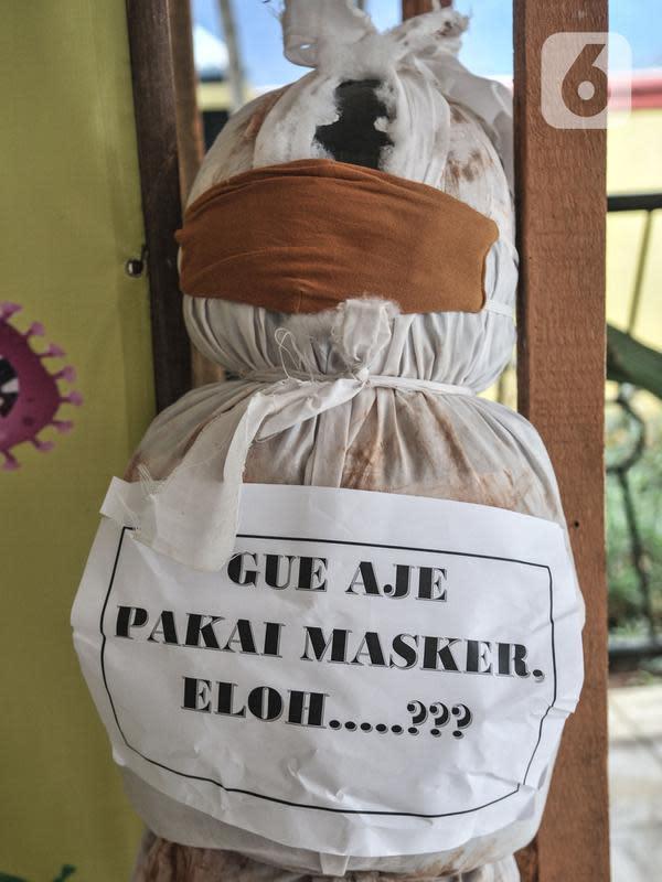 Boneka pocong yang dipajang di Kantor Kecamatan Senen, Jakarta, Kamis (13/8/2020). Pemkot Jakpus menyiapkan peti mati dan boneka pocong untuk dipajang di setiap kecamatan sebagai peringatan bahaya Covid-19 dan imbauan untuk tidak mengabaikan protokol kesehatan. (merdeka.com/Iqbal Nugroho)