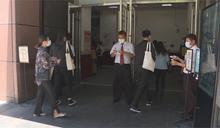 快新聞/新光三越爆員工上下班「擠一團」打卡 中市府介入了