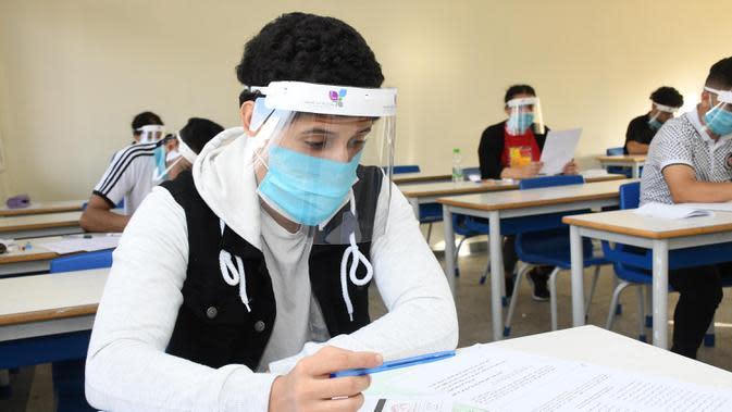 Seorang pelajar yang memakai masker dan pelindung wajah mengikuti ujian masuk perguruan tinggi di Sale, Maroko, Jumat (3/7/2020). Sebanyak 319 kasus terkonfirmasi baru COVID-19 tercatat di Maroko pada 3 Juli 2020, menambah total kasus di negara tersebut menjadi 13.228. (Xinhua/Chadi)