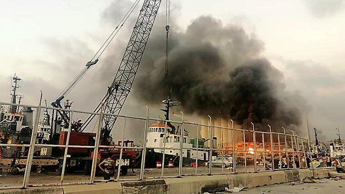 Suasana setelah ledakan besar di Beirut, Lebanon, Selasa, (4/8/2020). Dua ledakan besar mengguncang ibukota Lebanon, Beirut, melukai puluhan orang, menghancurkan bangunan dan mengirimkan asap besar mengepul ke langit. (AFP Photo/Layal Abou Rahal)
