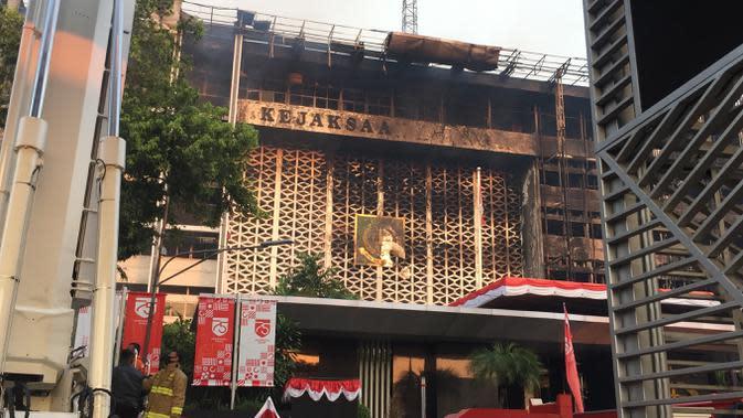 Situasi di Gedung Kejaksaan Agung yang mengalami kebakaran, Minggu (23/8/2020). (Liputan6.com/ Muhammad Radityo Priyasmoro)