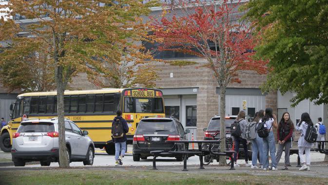 Para siswa masuk sekolah di Vancouver, British Columbia, Kanada, 21 September 2020. Paparan COVID-19 telah dilaporkan di sedikitnya 20 sekolah di British Columbia sejak para siswa kembali belajar di sekolah dua pekan lalu. (Xinhua/Liang Sen)