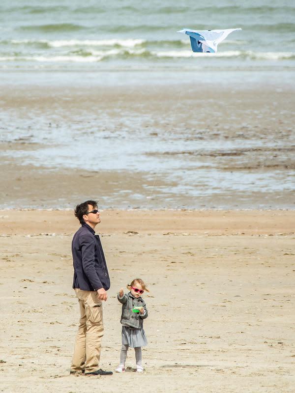 Orang-orang berjalan-jalan di pantai di Dunkirk, Prancis utara, (16/5/2020). Disertai langkah-langkah pencegahan seperti menjaga jarak sosial, sejumlah pantai di Prancis utara dibuka kembali mulai Sabtu (16/5) setelah pelonggaran lockdown akibat merebaknya wabah COVID-19. (Xinhua/Sebastien Courdji)
