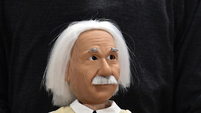 Robot berwajah Profesor Albert Einstein di Consumer Electronic Show (CES) 2017 di Las Vegas, Nevada, AS (5/1). Uniknya robot ini dapat mengajarkan berbagai ilmu matematika dan mata pelajaran yang lainnya. (AFP Photo/ Frederic J. Brown)