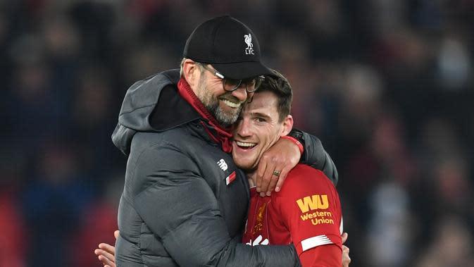 Manajer Liverpool, Jurgen Kloppp (kiri) dan bek Andy Robertson tersenyum gembira setelah pertandingan kontra Wolverhampton Wanderers, di Stadion Anfield, tadi malam. Liverpool menang 1-0. (AFP / Paul Ellis)